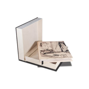 Billede af kassen indeholdende bogen the impossible collection of Chanel