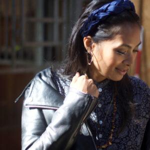 Miljøbillede af Jenny hårbøjle i marineblå