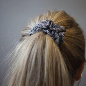Miljøbillede Piper scrunchie sort tern