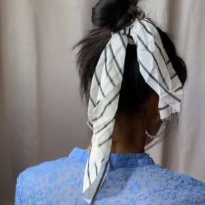 Miljøbillede af hår elastik med tørklæde kelly i hvid
