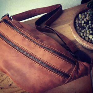 Miljøbillede af bæltetaske i Cognac