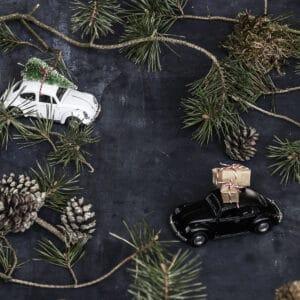 Miljøbillede af bil i sort med gaver på taget