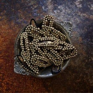 Miljøbillede af mange Inge perlespænder i guldlook