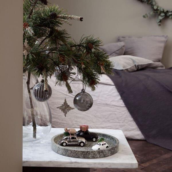 Miljøbillede bil med julepose på taget i sølv