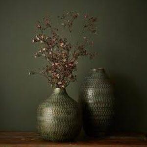 Miljøbillede af begge vaser i grøn metal