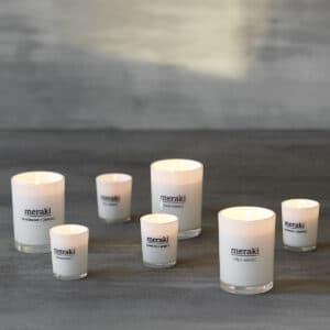 Miljøbillede af duftlys i forskellige størrelser